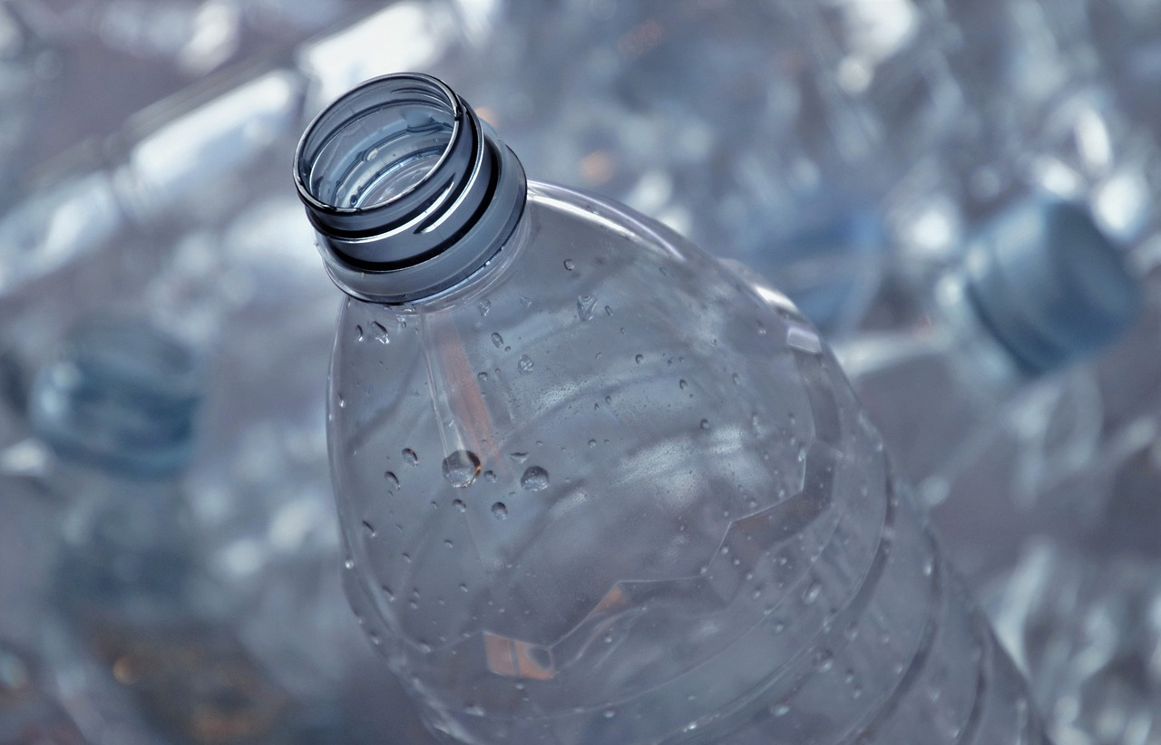 Pandemia intensifica problema do descarte de plásticos, Enzilimp